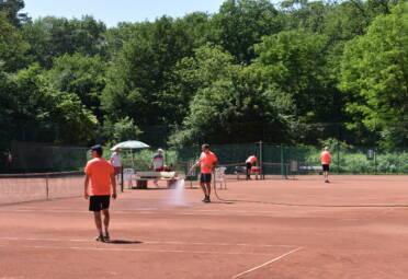 Platzpflege vor Spielbeginn Tus Baerl Tennis